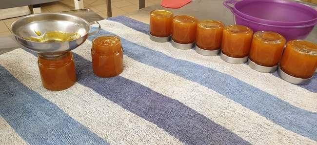 Mise en pots de la confiture au miel