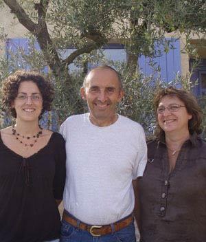 Famille Bompard Serge - Mélanie, Nadia et Serge, apiculteurs, devant la Miellerie