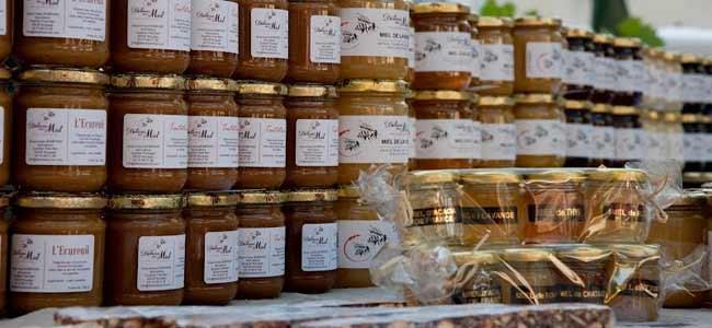 Vente de miel et gourmandises au miel sur un marché de la drome